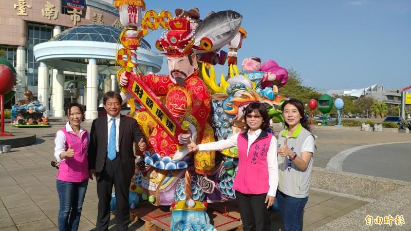 南市議會自辦「迷你版台灣燈會」,首批花燈已運抵議會。(記者蔡文居攝)