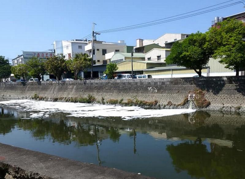 和順工業區旁的安順大排疑有不肖廠商偷排廢水。(取自爆料公社)