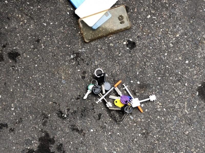 男子身上掉出2支注射海洛因的針頭。(記者王宣晴翻攝)