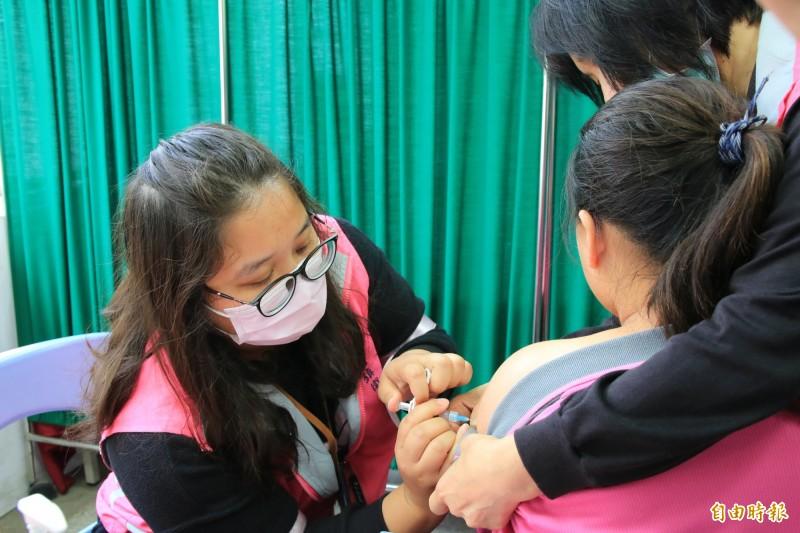 苗栗縣衛生局今早於後龍國中開始施打第一劑公費HPV子宮頸癌疫苗。(記者鄭名翔攝)