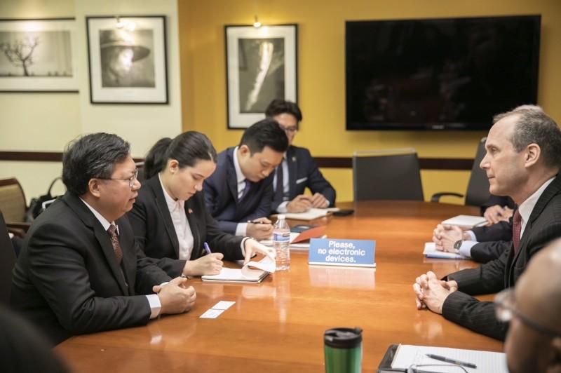 桃園市長鄭文燦(左一)會晤國務院官員。(圖由市府提供)