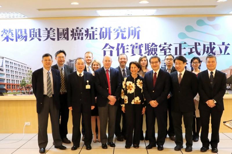 陽明大學、台北榮民總醫院和美國癌症研究所共同合作,首度設計合作實驗室,要投入東西方癌症基因差異研究,發展精準治療方法。(陽明大學提供)