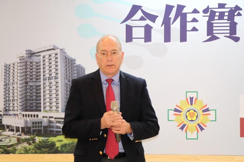 美國癌症研究所胸腔及胃腸道腫瘤部門主任施倫普特地來台,參與台北首設合作實驗室的簽約。(陽明大學提供)