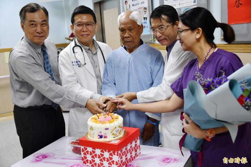 腦神經外科醫師張哲浣(右2)常駐恆春醫療,8旬老翁開腦慶重生。((記者蔡宗憲攝)