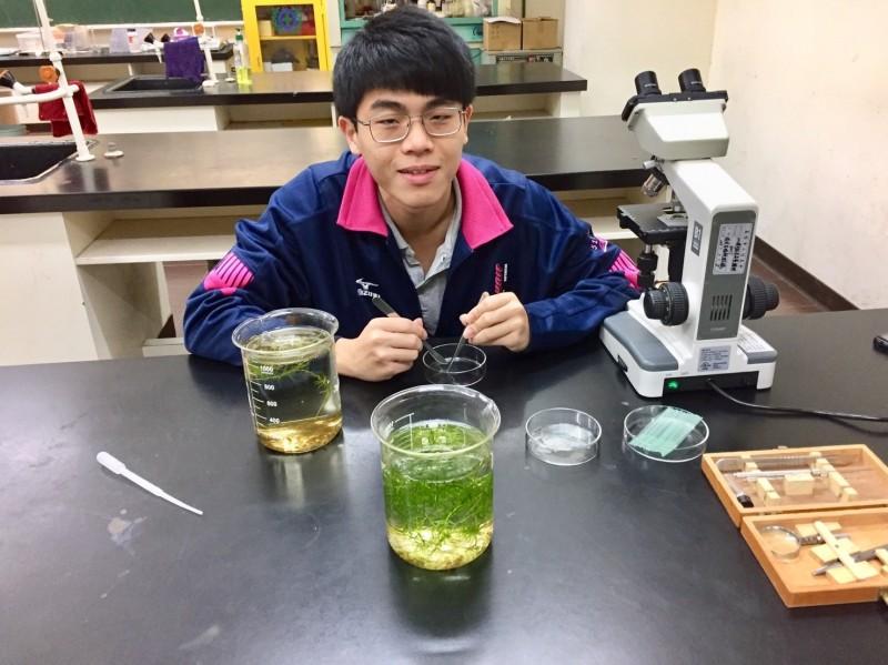 喜歡動植物的陳則均,獲選參加4月在中山大學舉辦的生物奧林匹亞競賽國手選拔營。(二信高中提供)