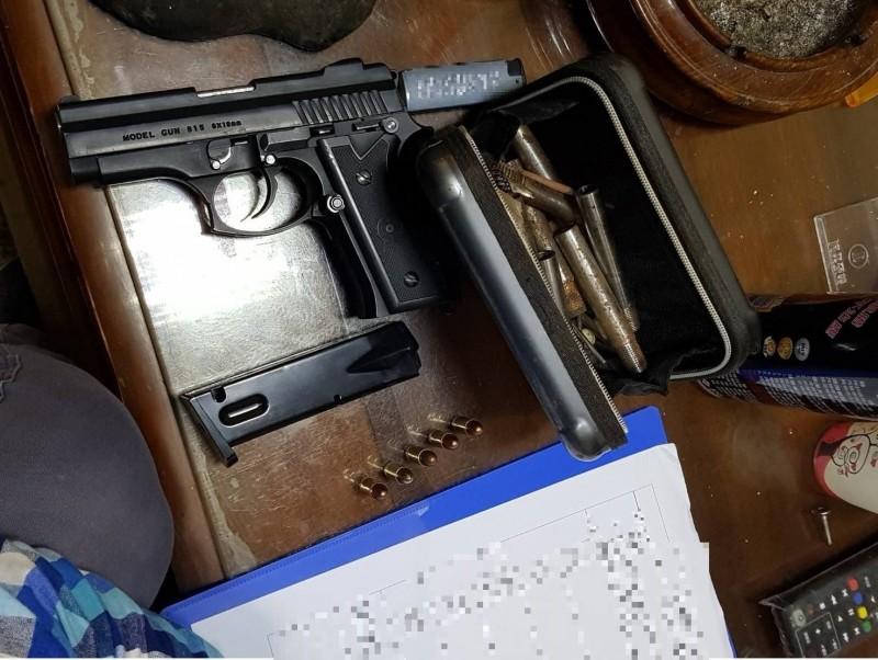 警方查獲江姓男子持有改造槍彈。(記者周敏鴻翻攝)
