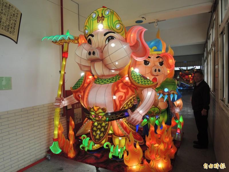 屏東監獄收容人精心設計的「火焰戰豬」花燈作品,將送給日本做為國民外交的禮物。(記者李立法攝)