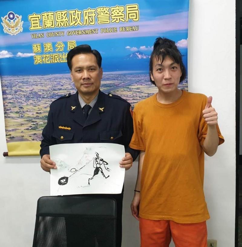 日本年輕版畫家野口龍平(右)來台環島,受到暖心所長胡傳明(左)出手相助,致贈版畫作品答謝。(記者江志雄翻攝)