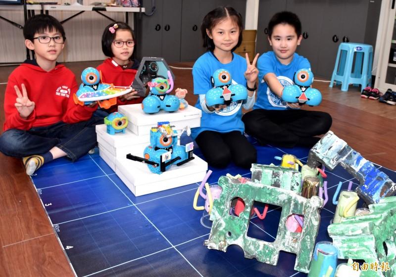 許捷崴(左1)、許捷雯兄妹檔(左2)與同班的李康睿(右1)、廖廷翊(右2)各抱回9歲至11歲組冠軍及季軍。(記者李容萍攝)