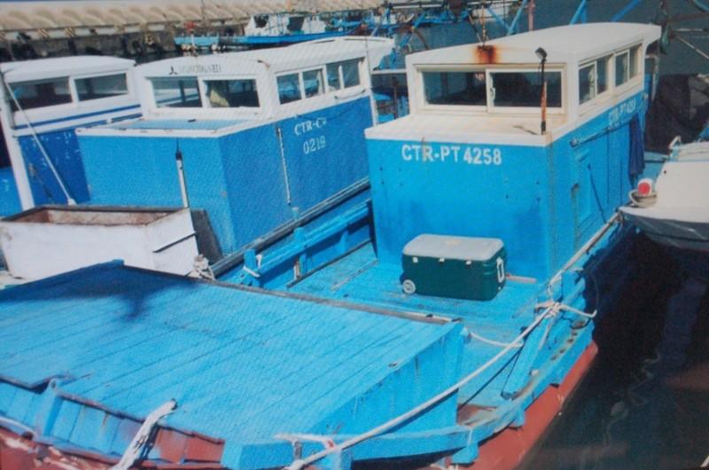 2艘被嫌犯做為運毒工具漁船及膠筏,屏檢訂於3月14日拍賣。(記者李立法翻攝)