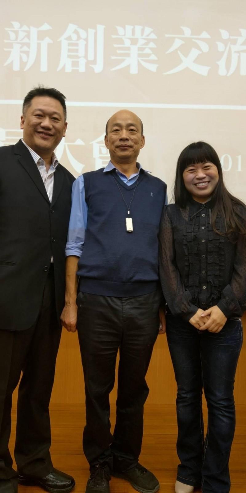 表態爭取國民黨立委提名的黃同成,與妻子前立委江玲君、高雄市長韓國瑜合影。(黃同成提供)