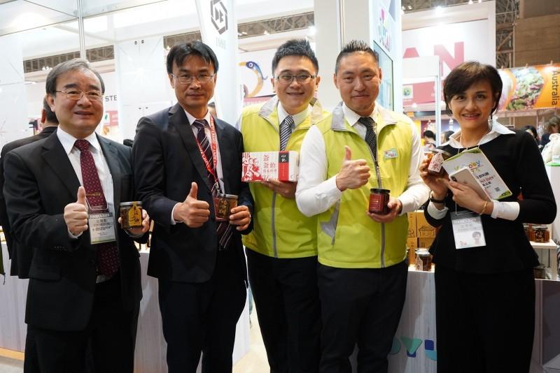農委會主委陳吉仲(左2)率隊到日本參展。(農委會提供)