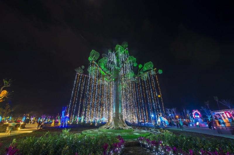 南島原鄉燈區生命樹。(屏東縣政府提供)