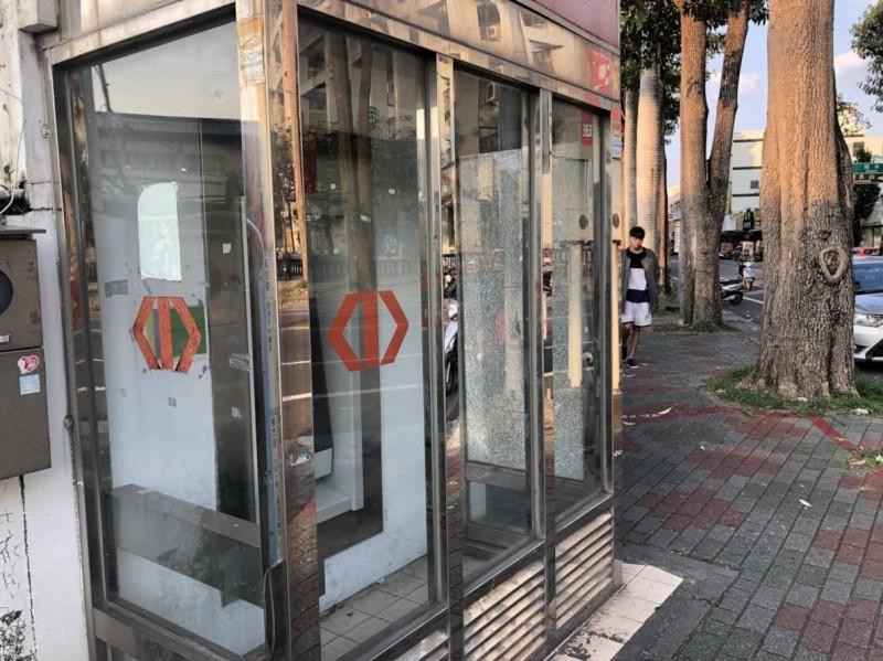 台東高中旁的ATM提款機玻璃遭空氣槍射破。(記者王秀亭翻攝)