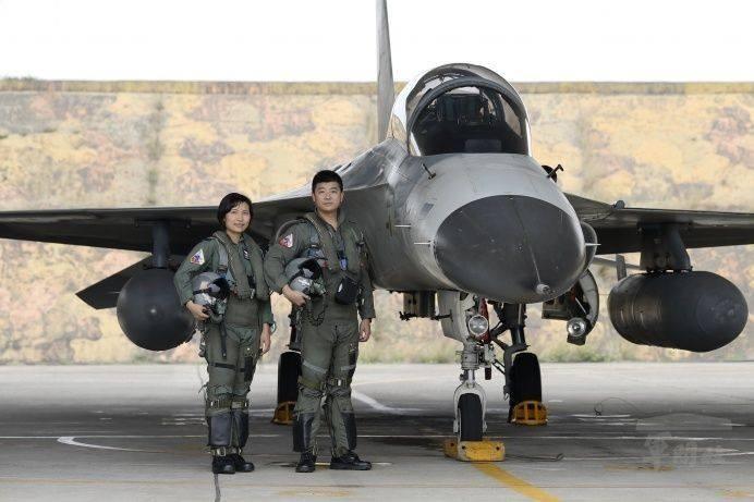 空軍第三戰術戰鬥機聯隊航空醫官張簡芝穎中尉(左)日前同乘IDF戰機。(軍聞社)