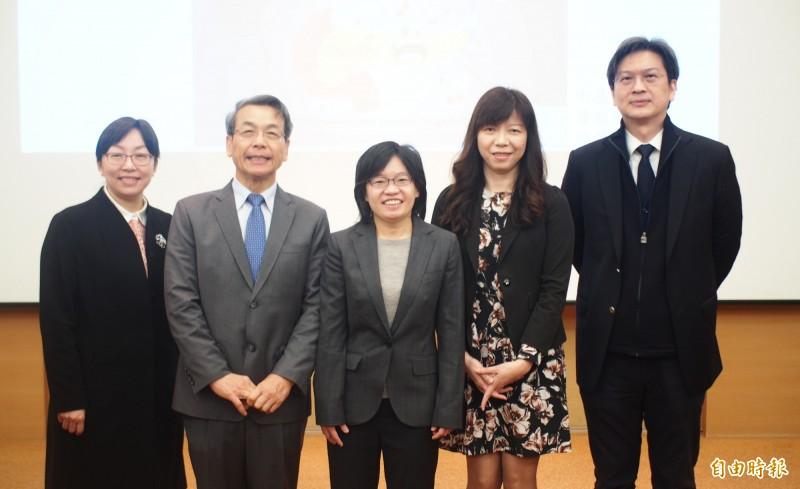 中研院院士李文華(左二)團隊、助技師胡春美(左三)證實胰腺癌跟糖代謝異常有關。(記者簡惠茹攝)