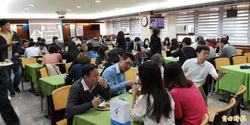 中華民國檢察官協會今在台北地檢署舉辦聯誼會,慶祝三八婦女節。(記者黃捷攝)