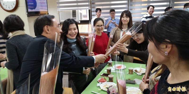法務部長蔡清祥(左一)致贈花束,逗得女性同仁們開心大笑。(記者黃捷攝)