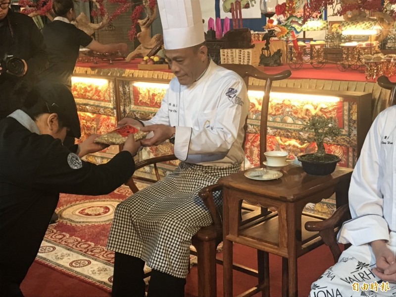 環科大廚藝系舉辦拜師大典,學生遵循古禮向師傅行「獻束脩」三叩首禮。(記者詹士弘攝)