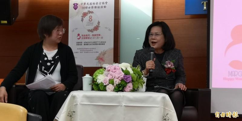 司法官學院院長蔡碧玉(右)代表資歷30年的女檢察官談工作甘苦。(記者黃捷攝)