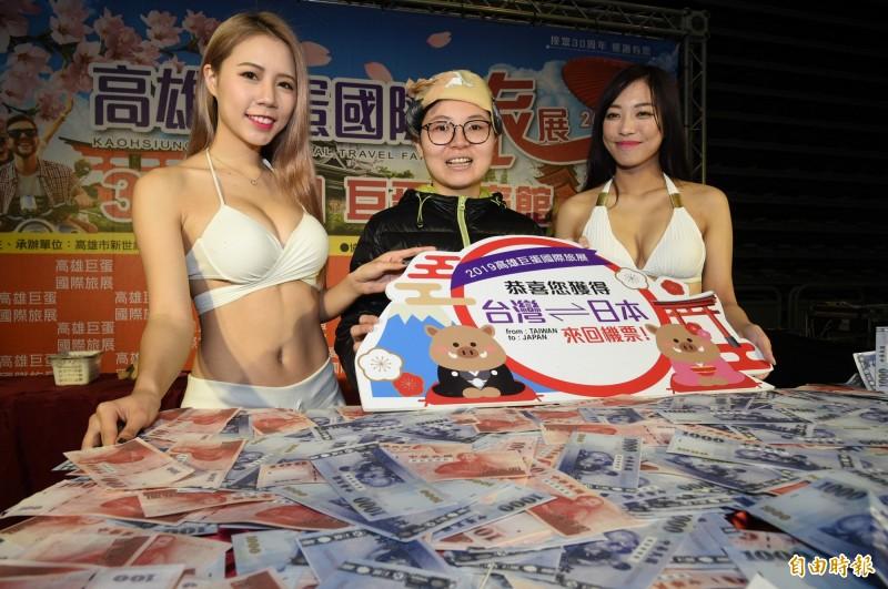 來自高雄大社區 的25歲孫小姐,她不是「韓粉」,卻扮成禿子參賽贏得日本來回機票。(記者張忠義攝)