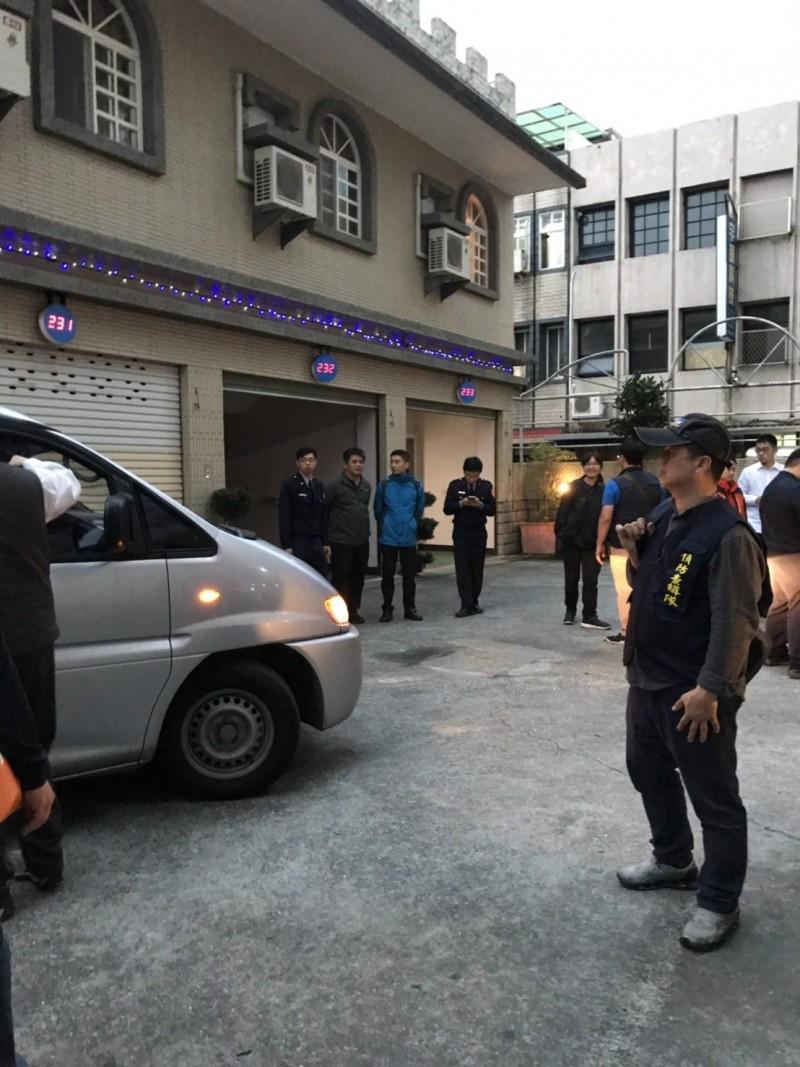 警方5日在花蓮某汽車旅館破獲長期利用網路經營攬客的應召站,當場查獲花蓮區陳姓主嫌1名及4名從事賣淫的中國籍女子、未成年外籍女子1名與嫖客3名。(記者王峻祺翻攝)