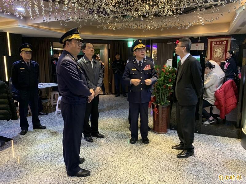 北市警局今晚全面執行掃蕩,由主管幹部親自帶班領隊。(記者劉慶侯攝)