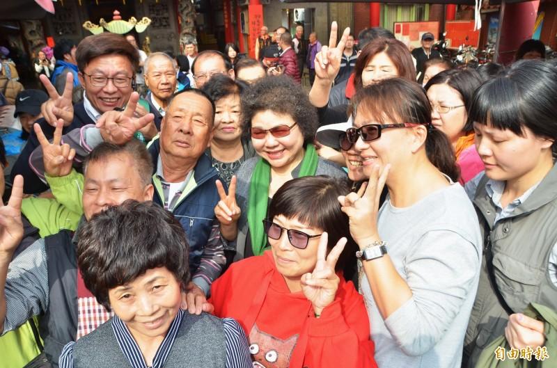 總統府秘書長陳菊陪同民進黨立委候選人郭國文市場拜票,粉絲們熱情簇擁、合影。(記者吳俊鋒攝)