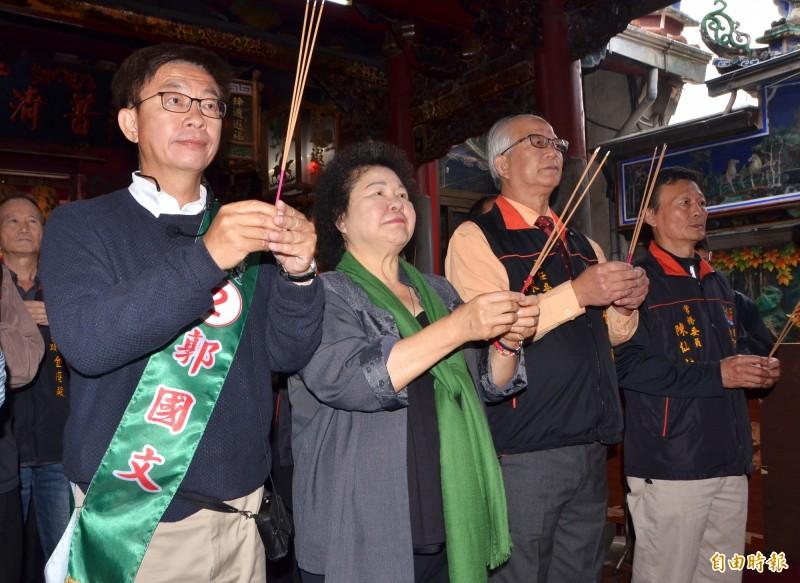 總統府秘書長陳菊(左二)與立委候選人郭國文(左一)到金唐殿參拜。(記者吳俊鋒攝)