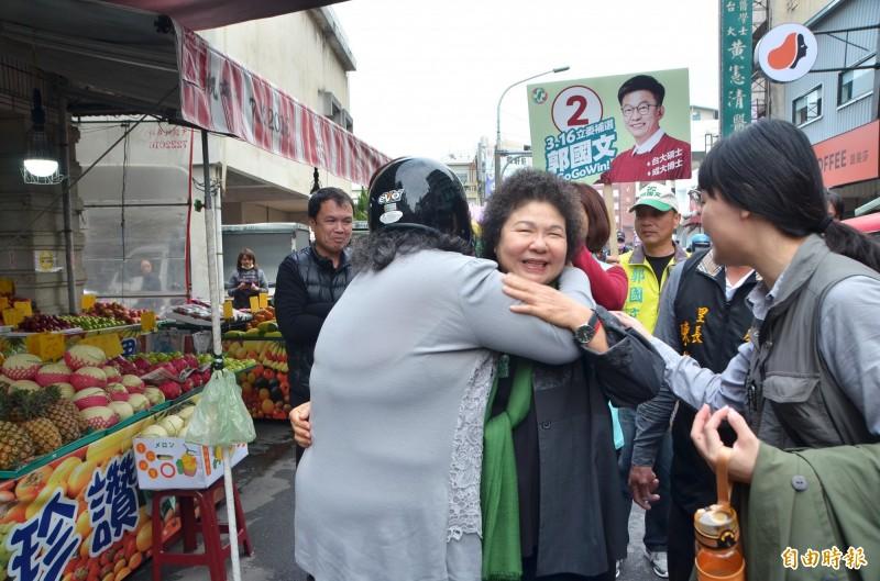 有些民眾見到總統府秘書長陳菊,熱情擁抱。(記者吳俊鋒攝)