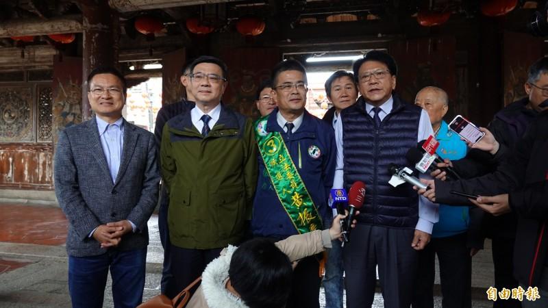 屏東縣長潘孟安(圖右)今天到鹿港龍山寺,分享台灣燈會的經驗。(記者劉曉欣攝)