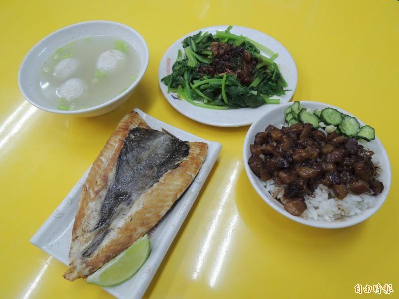 肉燥飯搭配煎虱目魚肚、手工虱目魚丸湯、燙青菜,一個人吃得豐富又營養,只要花費190元。(記者周敏鴻攝)