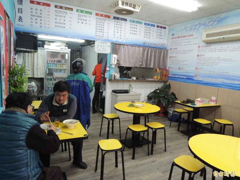 海故鄉虱目魚店面明亮整潔,呂學秀希望營造家庭小吃的溫暖感覺。(記者周敏鴻攝)
