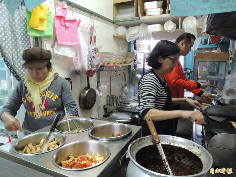 海故鄉虱目魚的廚房,每到午晚餐時間都非常忙碌。(記者周敏鴻攝)