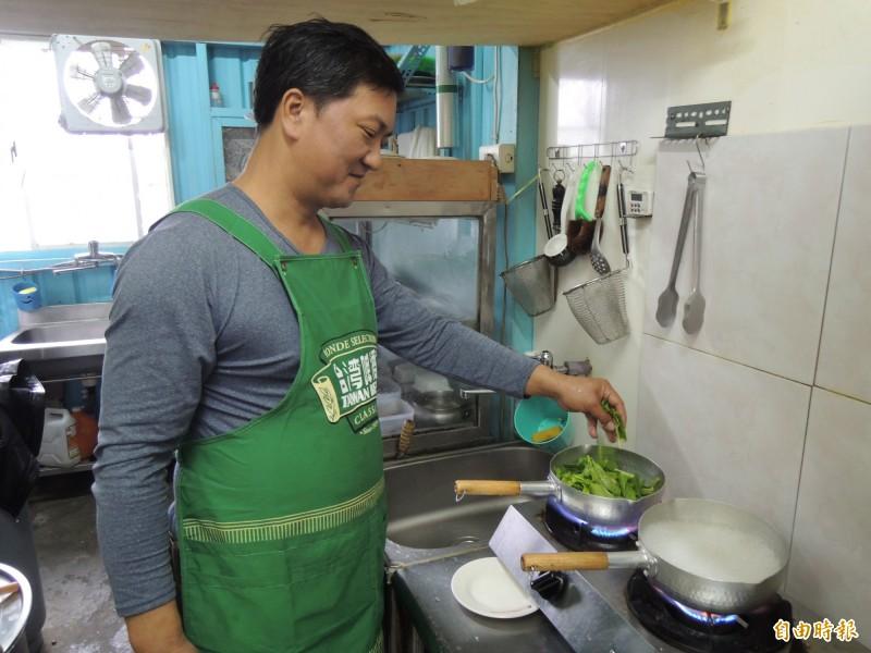 海故鄉虱目魚老闆呂學秀堅持用心煮好每一份餐點。(記者周敏鴻攝)