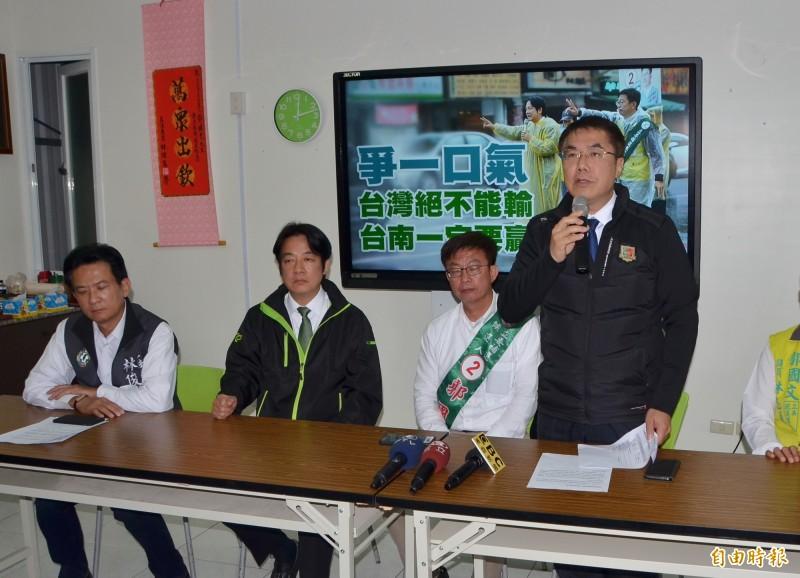 藍營選前簽約賣文旦,台南市長黃偉哲(右1)質疑是訂單買票。(記者吳俊鋒攝)