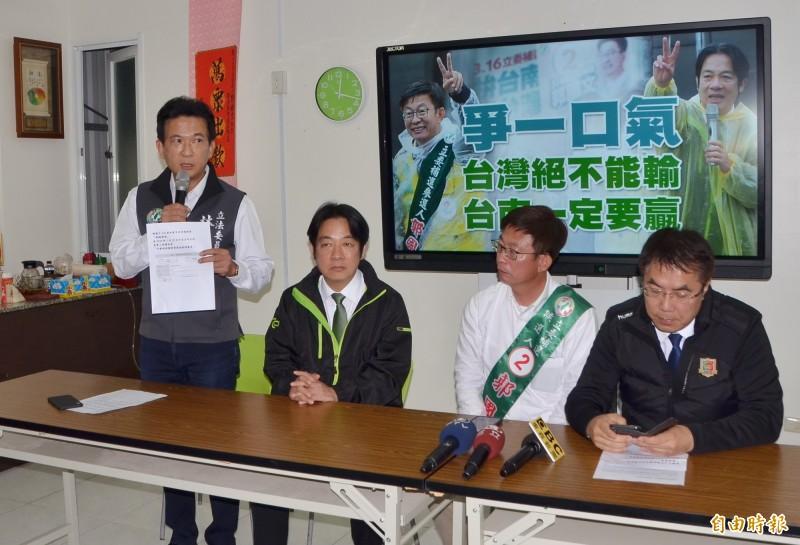 立委林俊憲(左1)抨擊謝龍介行銷農產品是政治操作。(記者吳俊鋒攝)