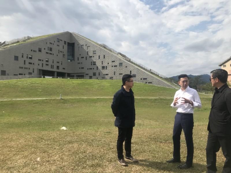 林智堅造訪被國際知名建築師網站architizer.com列為世界8個有特色圖書館之首的台東大學圖書資訊館與台東設計中心。(市府提供)