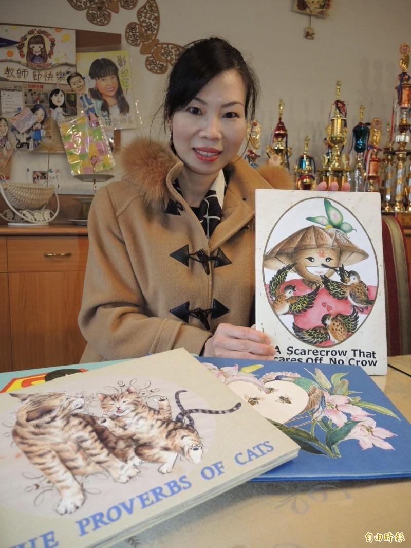 蔣秋萍多才多藝,還會自製英語繪本,深獲學生喜愛。(記者翁聿煌攝)