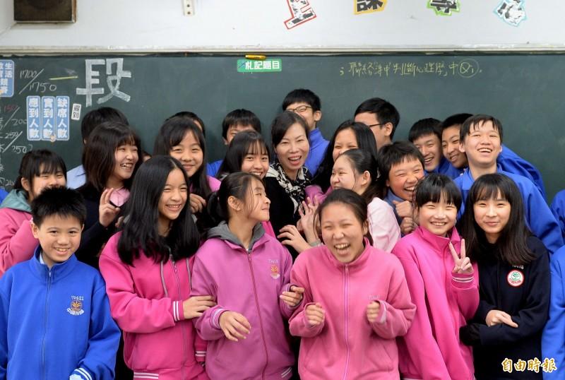 蔣秋萍(中)把每個學生當寶,成為學生最在乎的老師。(記者翁聿煌攝)
