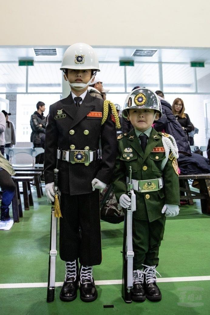 小小儀隊禮兵向杰恩(左)、孫靖(右)(軍聞社)