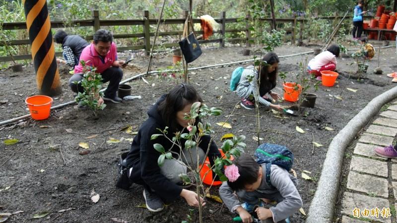 林務局南投林管處與南投縣政府在竹山瑞龍瀑布舉辦植樹活動,吸引大小朋友前來參加。(記者劉濱銓翻攝)