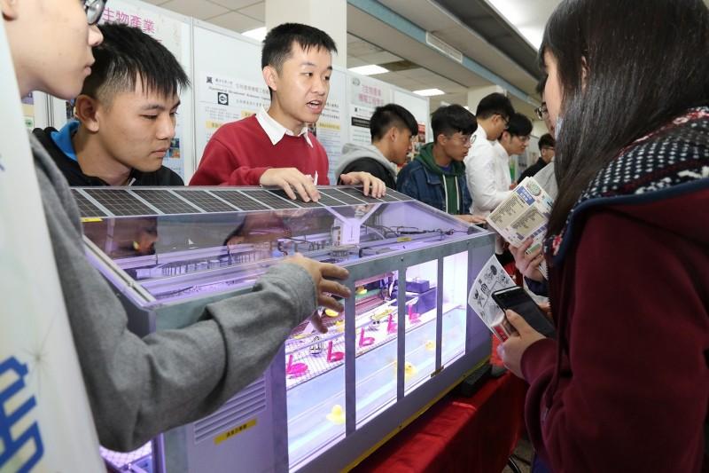 興大生機系則展示智能水禽舍生長環境控制與監測系統。(記者蔡淑媛翻攝)