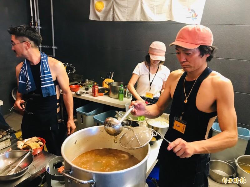 日本沖繩拉麵職人親煮限量的「風車拉麵」,現場飄散著剛煮上來的拉麵香氣,讓人垂涎三尺。(記者俞肇福攝)