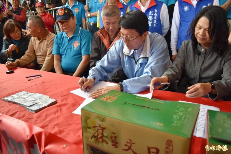 群鵬國際貿易董事長吳錦玫(右1)、公司代表蔣成龍(右4)昨天和麻豆柚農簽約下訂買文旦。(記者楊金城攝)