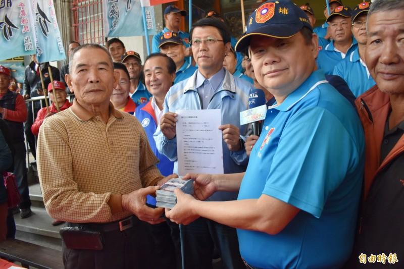 群鵬國際貿易公司代表蔣成龍(右2)昨天和麻豆柚農簽約,當場付現50萬訂金給柚農代表。(記者楊金城攝)