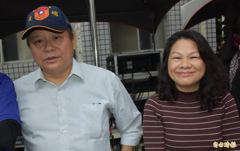 群鵬國際貿易董事長吳錦玫(右)、公司代表蔣成龍(左)今天都出現在謝龍介佳里造勢場為謝龍介加油。(記者楊金城攝)