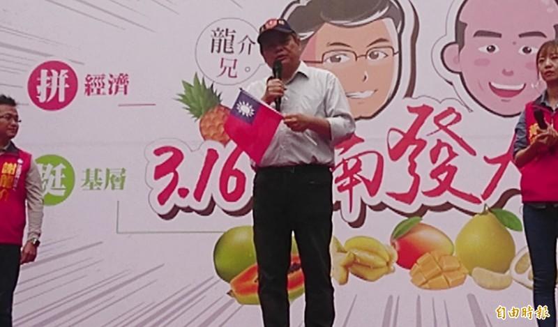與韓國瑜軍校同學的蔣成龍(中)上台為謝龍介助講,他說自己就是台商。(記者楊金城攝)