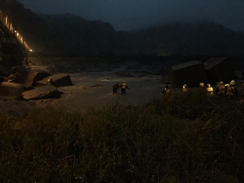 徐男與詹男受困大甲溪沙洲,消防人員前往救援。(記者歐素美翻攝)