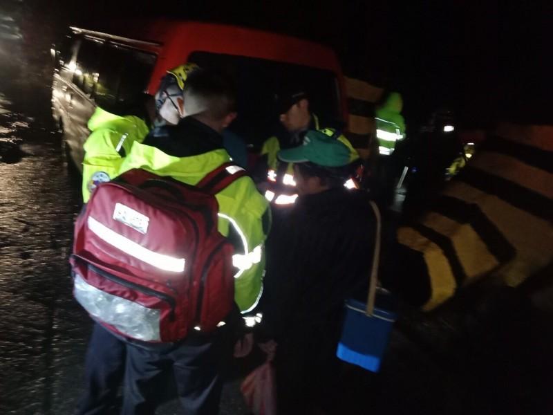消防人員將徐、詹2人救上岸。(記者歐素美翻攝)